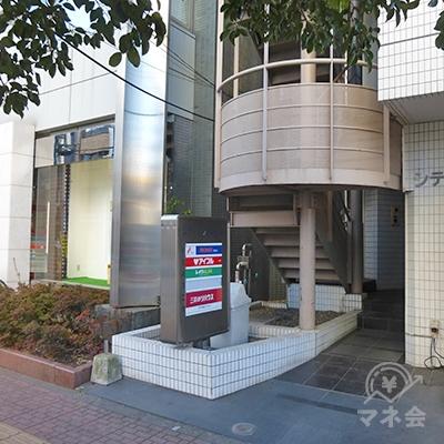 ビル入口です。3階以上はみな消費者金融です。