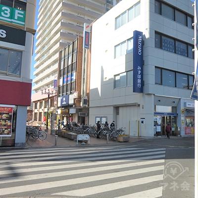 横断歩道を渡り、歩行者専用道に入ります。