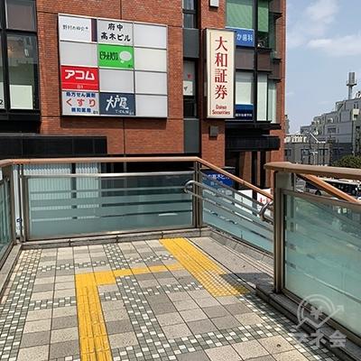 茶色い建物へ向って進むと右に階段があります。