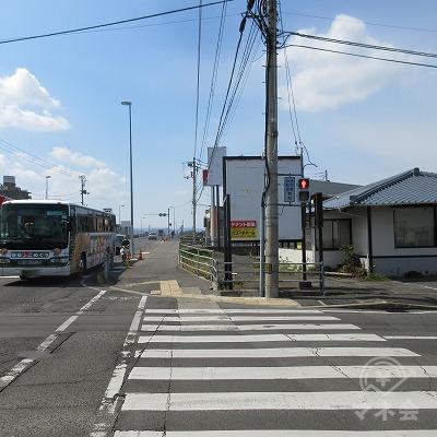 11号線(高松北バイパス)につきあたるので、右へ進みます。
