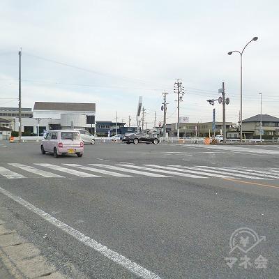 大通りとの交差点がありますので、渡ってから右折します。
