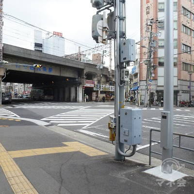 歩いてすぐ、スクランブル交差点があります。右折します。