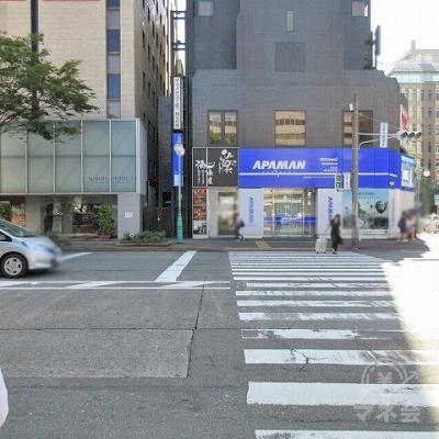 1つ目の横断歩道をAPAMAN側に渡ります。
