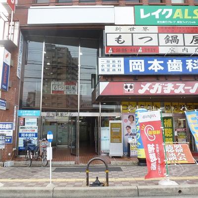 ビル入口は左手、メガネスーパーの横にあります。