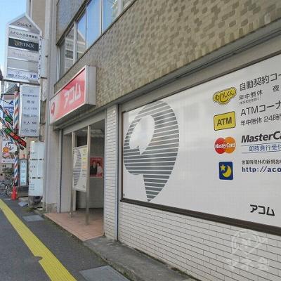 アコムの化粧看板と店舗入口上部にアコムの看板があります。