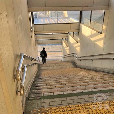 階段を下りて地上へ出ます。