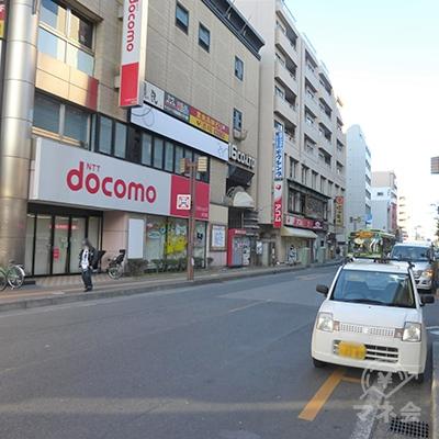 (道路向かい側の写真です)ドコモショップとアコムが見えます。