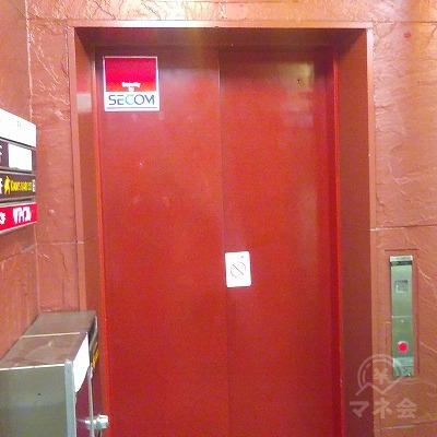 建物入口を入って右にエレベーターがあります。