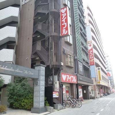 歩いてすぐ、アイフル店舗に到着します。