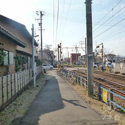 改札を抜けて駅を出たら、目の前の道を線路沿いに30m進みます。