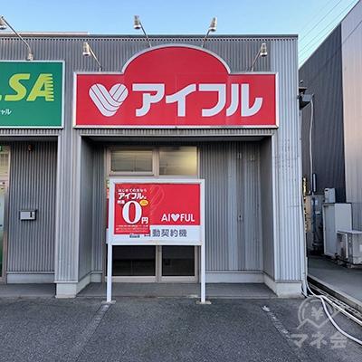 駐車場奥の建物の一角に店舗があります。