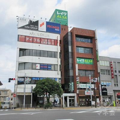 反対車線から見た建物全景です。建物左から駅出入口3、建物入口、美容院。