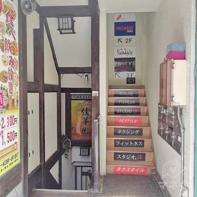 奥の入口です。右側の階段を利用します。