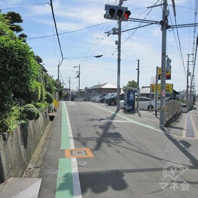 進行方向左にタイムズが見えたら、手前の道を左へ曲がります。