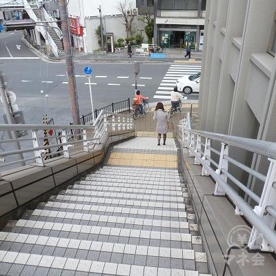 階段で地上に下ります。