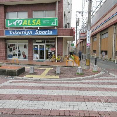 横断歩道を渡り、レイクALSAの看板がある建物の右側を進みます。