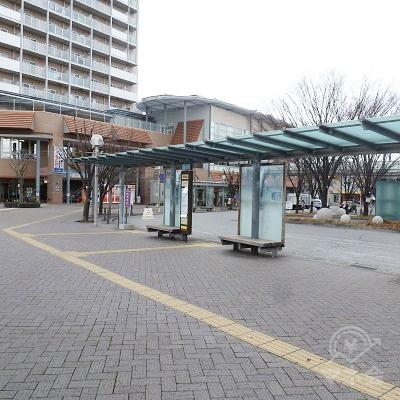 駅前にロータリーがあり、これに沿って左回りに歩道を歩きます。