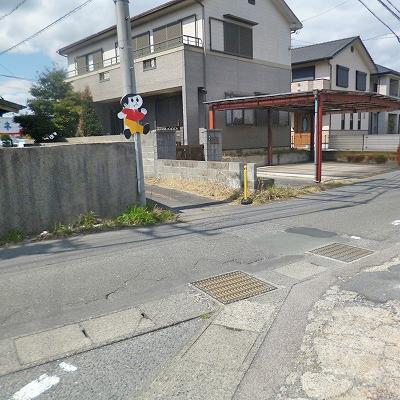 30mほど先に狭い路地がありますので、そちらへ入っていきます。