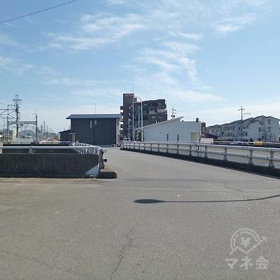 大通りに架かる橋を渡ります。