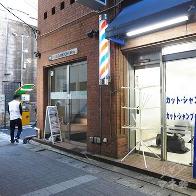 理髪店の奥側のドアが建物入口です。