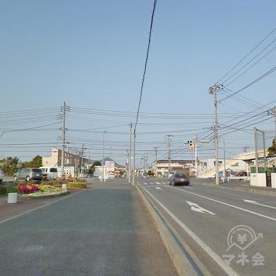 幹線道路との大きな交差点を左折します。