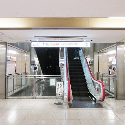正面にある上りエスカレーターで地下1階へ上がります。