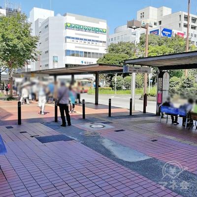 出口の前にバス停があります。左の道を歩きましょう。