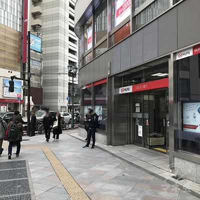 右側の三菱UFJ銀行に沿って右に進みます。