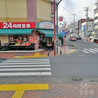 正面にある横断歩道を渡り、直進します。
