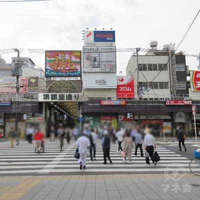 「堺銀座通りを入り、すぐ左2F」と看板にあります。