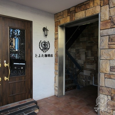 建物入口は「とよた珈琲」の右にあります。