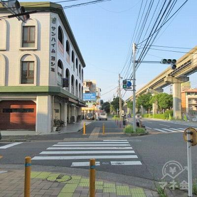 横断歩道を渡り(サンハイムヨシミ側)、直進します。