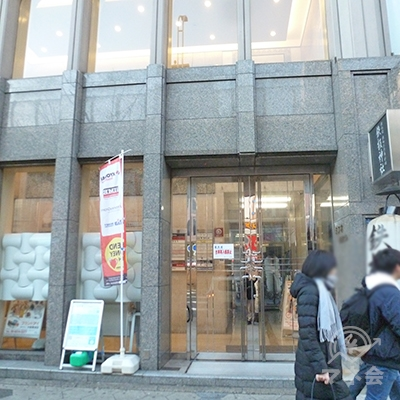ビルの入口は、アイフル看板から少し離れた所にあります。