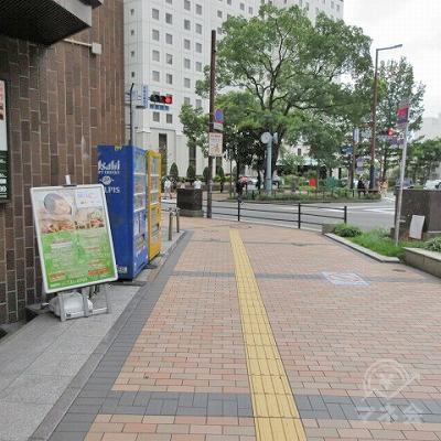 駅外に出たら黄色の点字タイルに添って進みます。