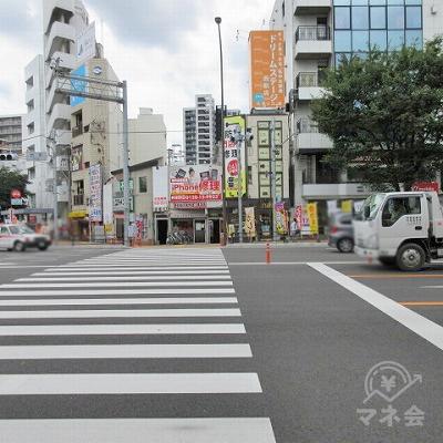 正面の横断歩道を渡り、右へ進みます。