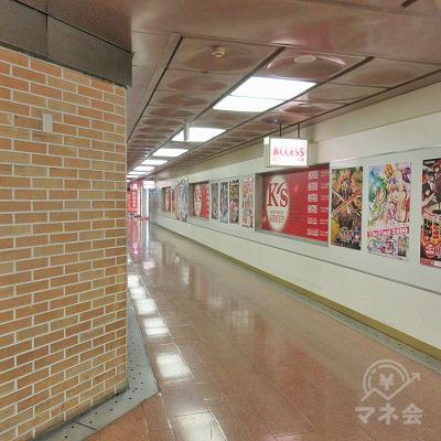 再度、左へ曲がります。右にはたくさんのポスターや告知物があります。