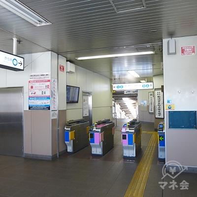 平日は閑散としている東中山駅の改札です。出て左、北口を地上に下ります。