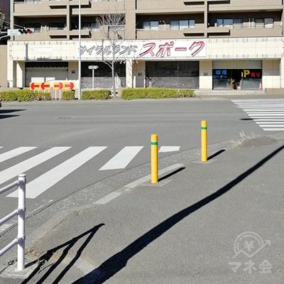 「スポーク」の店があるので、横断歩道を真っすぐ渡り、左に曲がります。