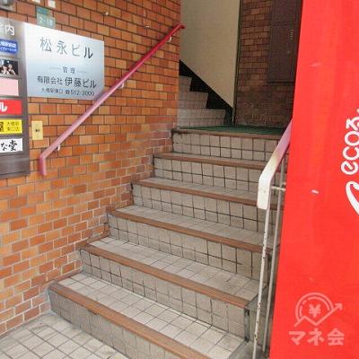 階段で2階に上がります。