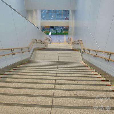 改札フロアは2階ですので、階段で地上へ下ります。