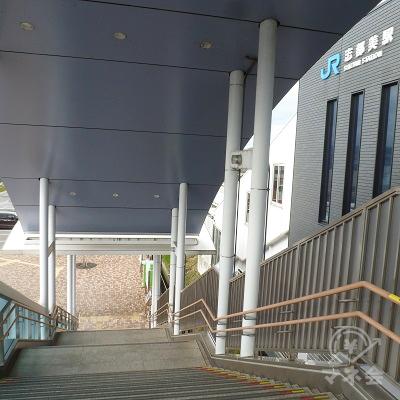 西口の階段で地上に下りていきます。