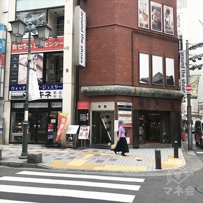 横断歩道で新宿中央通りを渡り、左に曲がります。