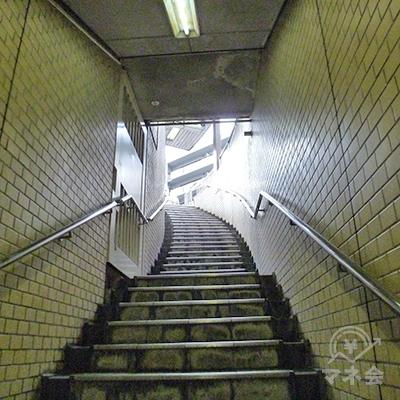 左にゆるくカーブした階段を上がり、地上に出ます。