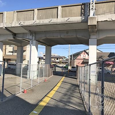 新幹線の高架がありますので、くぐった後、左に進みます。