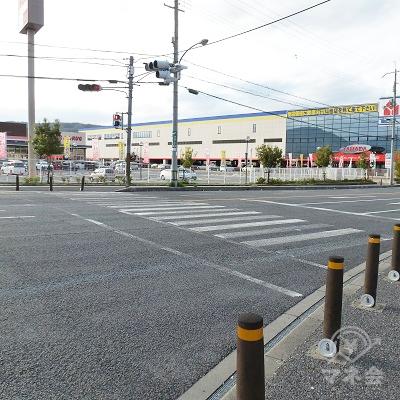 ヤマダ電機前の横断歩道を渡り、国道の左側の歩道に移ります。