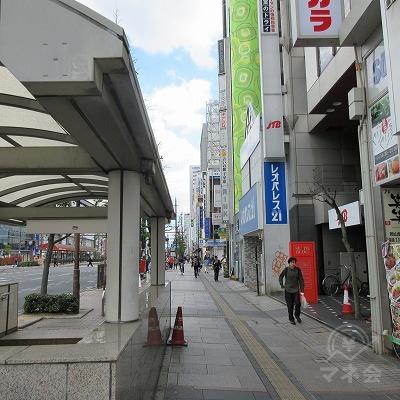 左へ進み、青い看板のレオパレス隣建物を目指します。