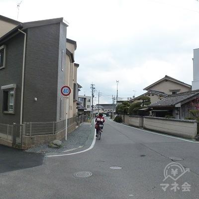 踏切を渡った後、なおしばらく県道を進みます(踏切から約800m)。