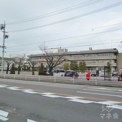右手に安城市役所を見ながら大通り沿いを600mほど進みます。