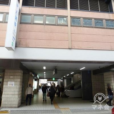 振り返って、駅・中央南出口を見たところです。