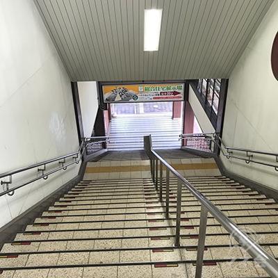 東出口階段を降ります。